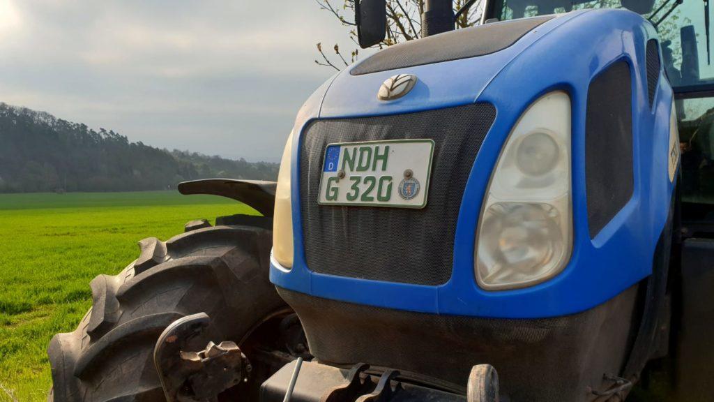 Traktor am Saatfeld der Agrarproduktion Urbach